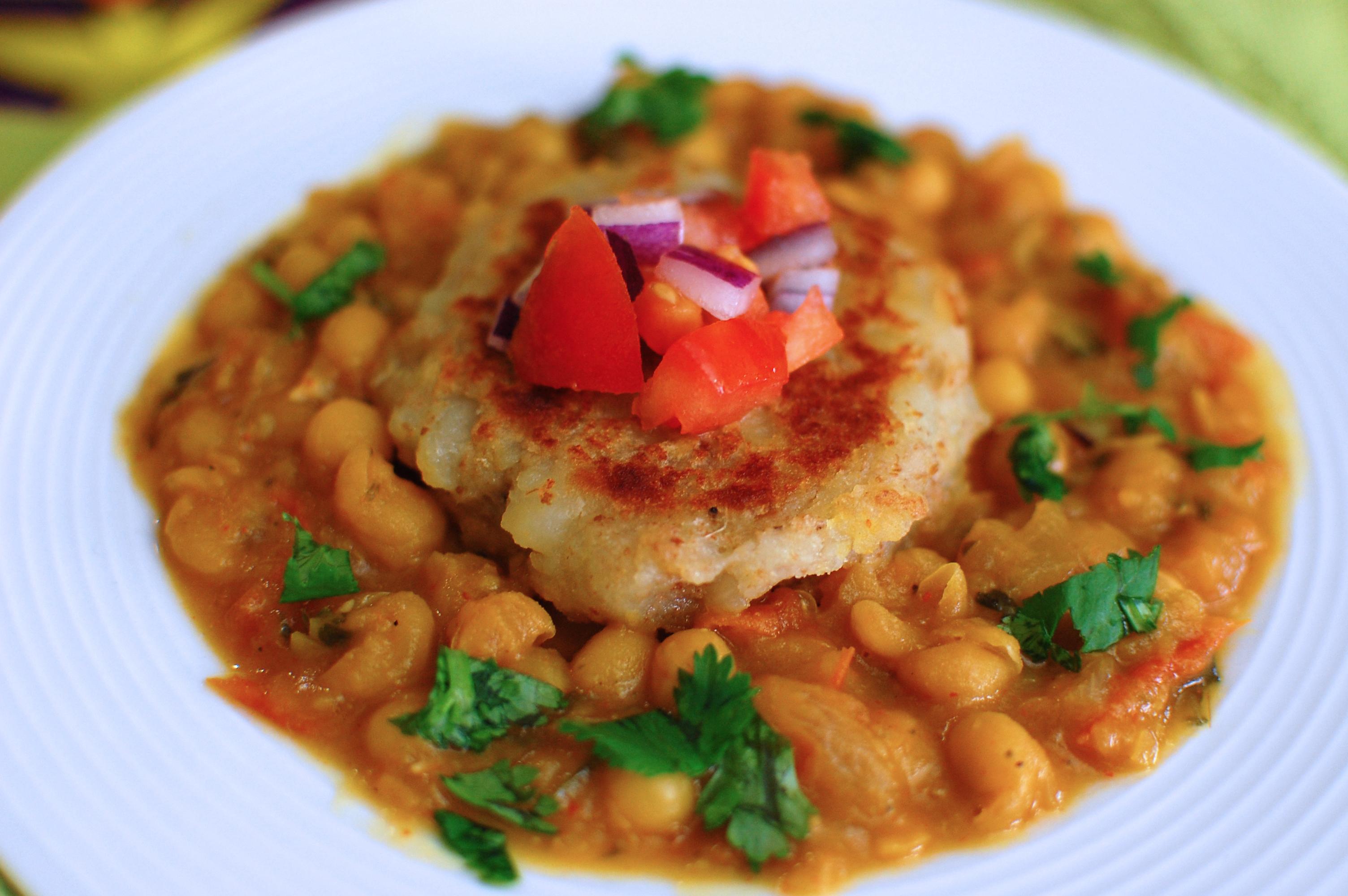 RAGDA PATTICE (Potato patties with white peas curry